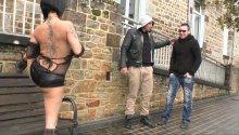 Femme s'exhibe dans la rue