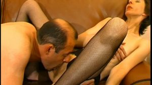 Femme mûre en bas résille offre sa chatte poilue